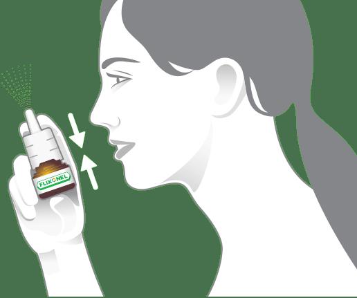 Žena odstrekáva prípravok z fľaštičky