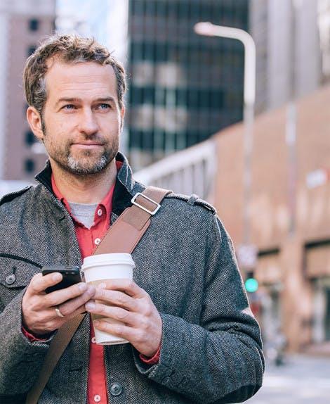 Fotografia muža pijúceho kávu