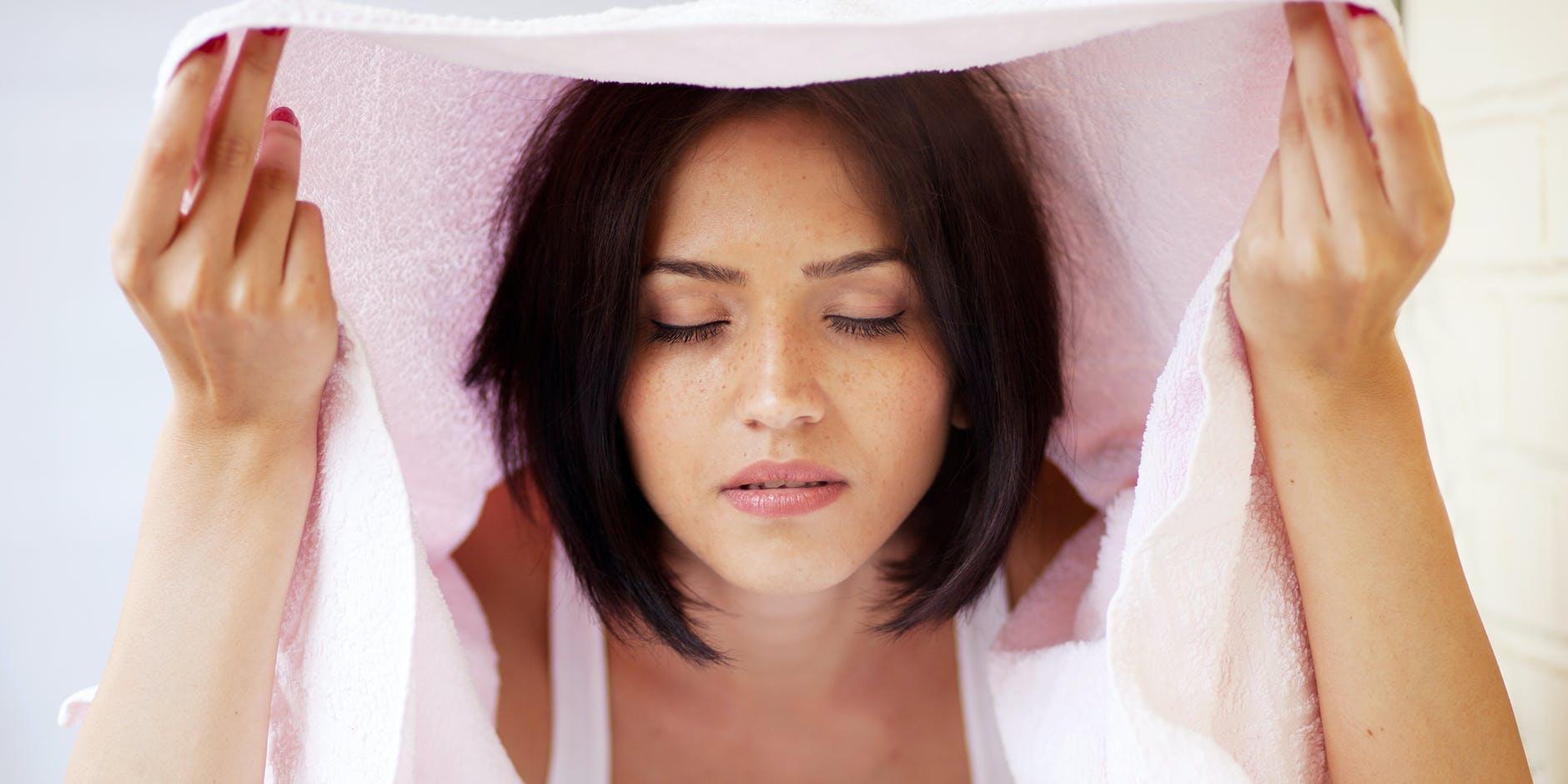 Kvinde tager dampbad mod forkølelse