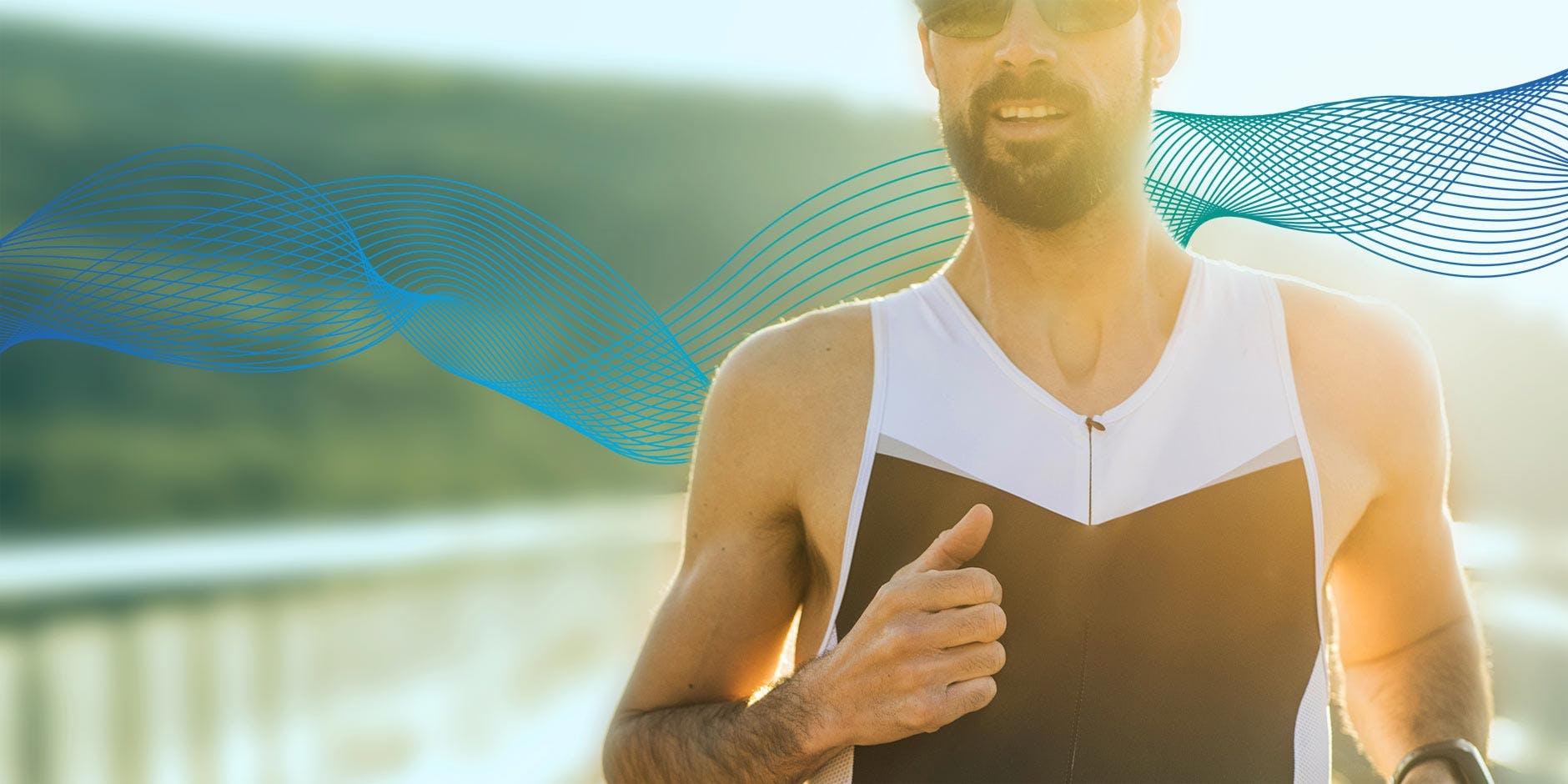 Sport bei Erkältung: Ein Mann läuft im Sonnenschein
