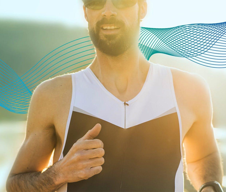 Sport bei Erkältung: Ein joggender Mann mit der Sonne im Rücken