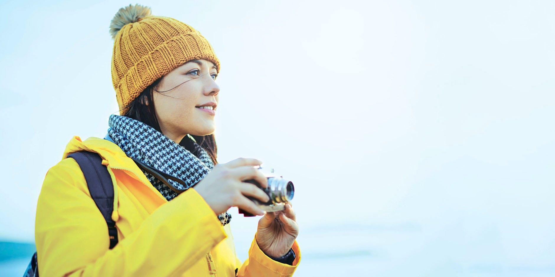 Femme avec un appareil photo soulagée d'une congestion nasale.