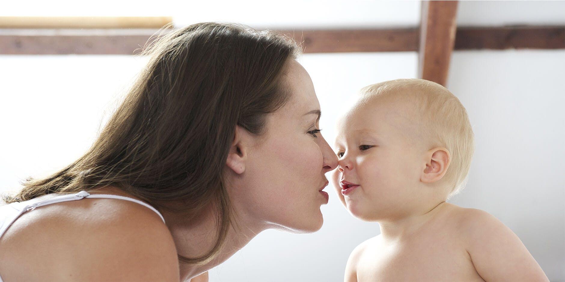 Maman avec son bébé qui utilise ProRhinel, le spray pour le nez de bébé.