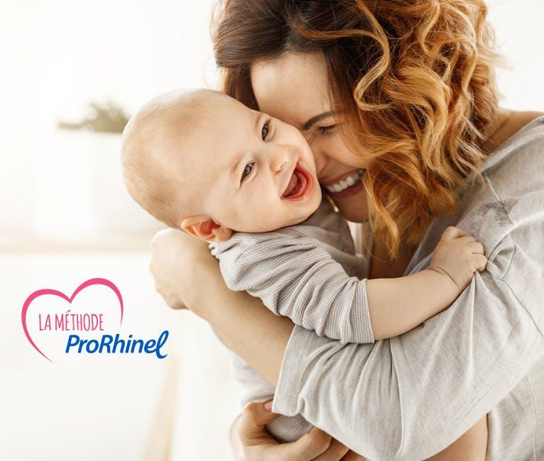 Maman utilisant la Méthode ProRhinel pour soulager le rhume de bébé