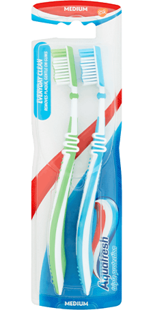 Aquafresh Everyday Clean medium toothbrush in green/white colour combination with Aquafresh colors on the packaging.