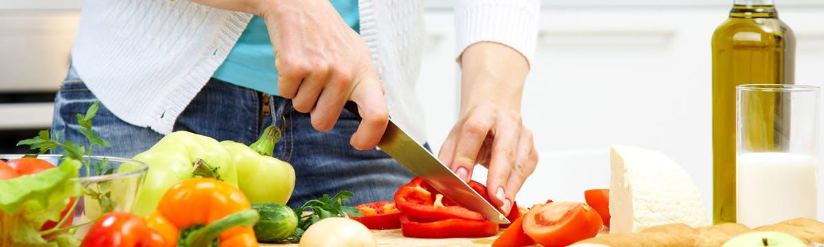 alimentos_saludables-cortando_tomate