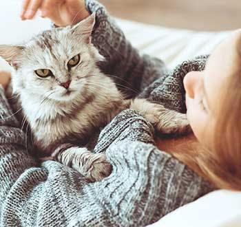 Κοπέλα με γάτα