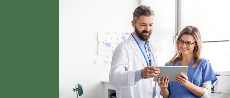 Zahnarzt und Mitarbeiterin beim Studium von Aufklärungsmaterialien