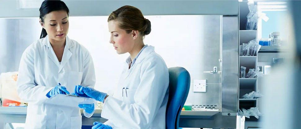 Dos científicas en laboratorio