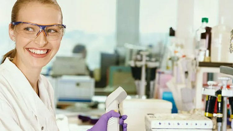Científica en laboratorio