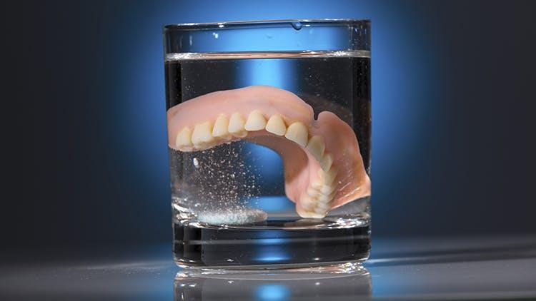 Infographie hygiène de prothèse dentaire