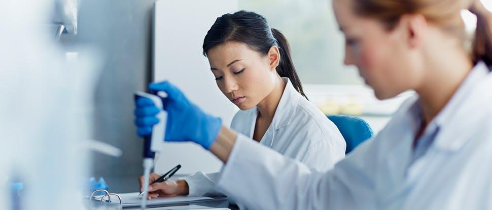 Scientifiques dans un laboratoire