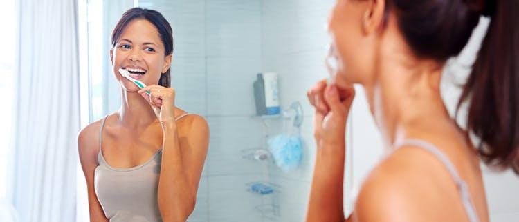 Nő fogmosás közben