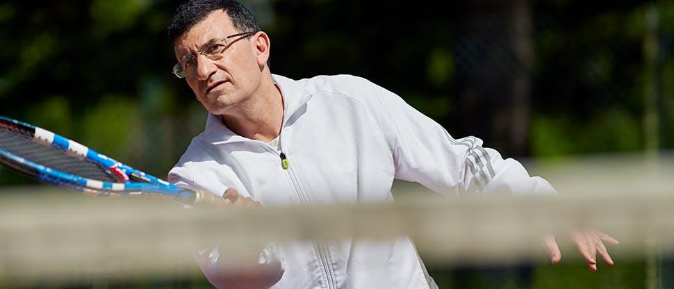 Bărbat jucând tenis