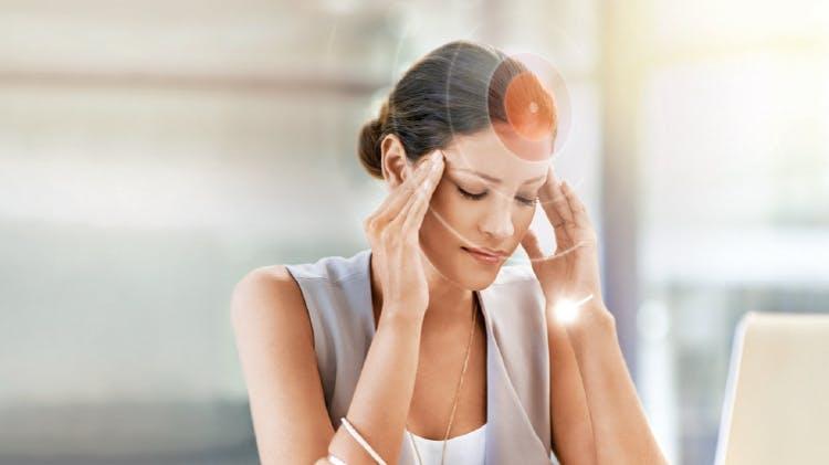 Femeie cu durere de cap
