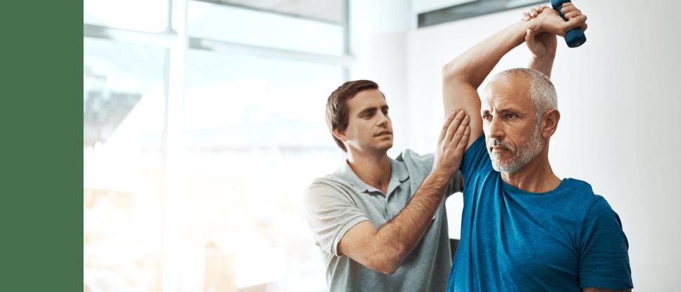 Medic făcând un control de rutină unui pacient
