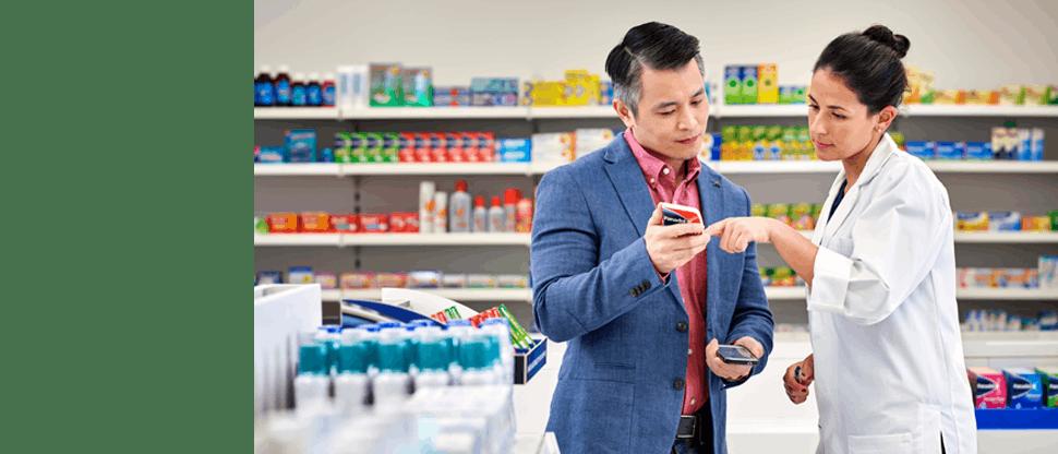 Farmacist discutând cu un client despre un produs