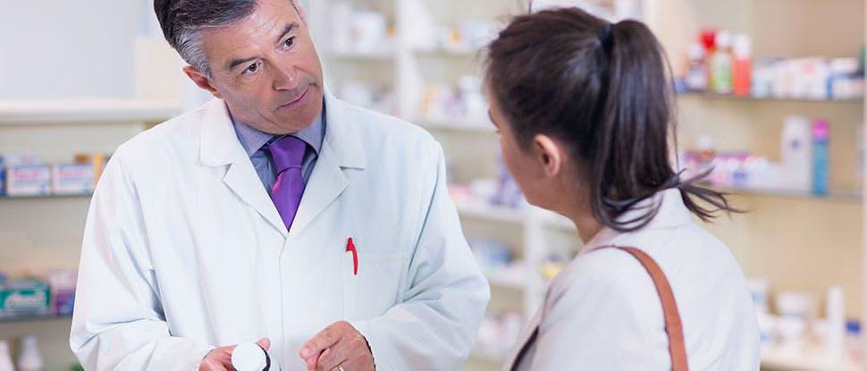 Фармацевт разговаривает с пациентом