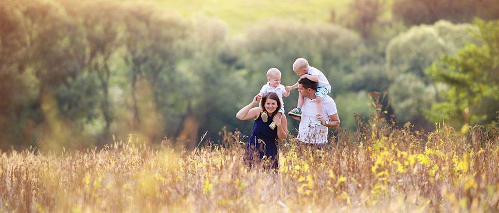 Семья, идущая по лугу
