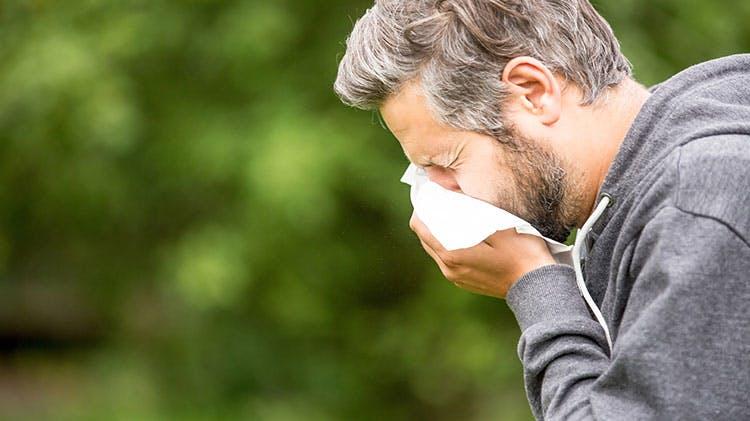 Мужчина с сенной лихорадкой