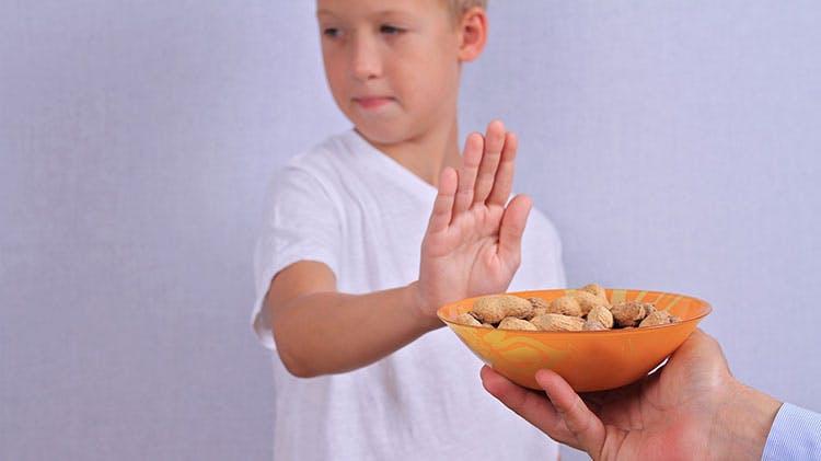 Мальчик с аллергией на арахис