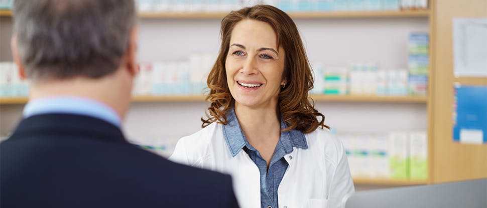 фармацевт, разговаривающий с пациентом