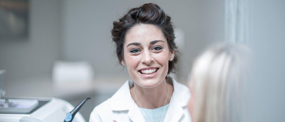 Gülümseyen diş hekimi