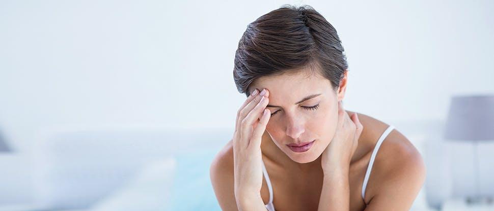 Baş ağrısı yaşayan kadın