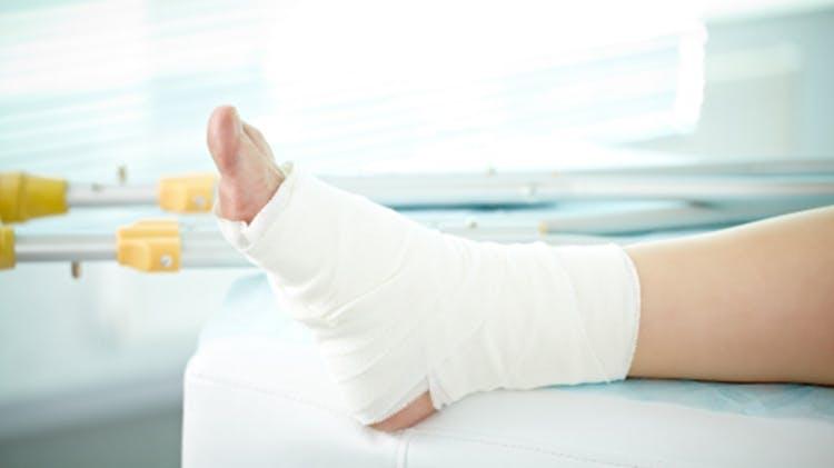 Kompresyon bandajıyla sarılmış ayak