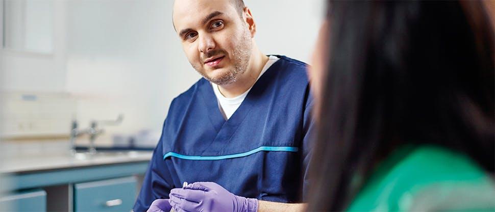 Tanı için bekleyen hasta ve diş hekimi