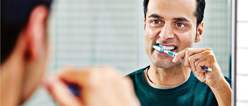 Dişlerini fırçalayan erkek