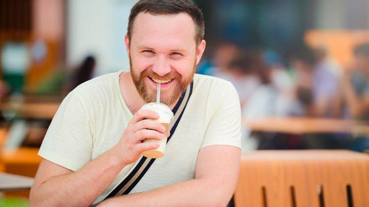 Soğuk içecek içen bir erkek