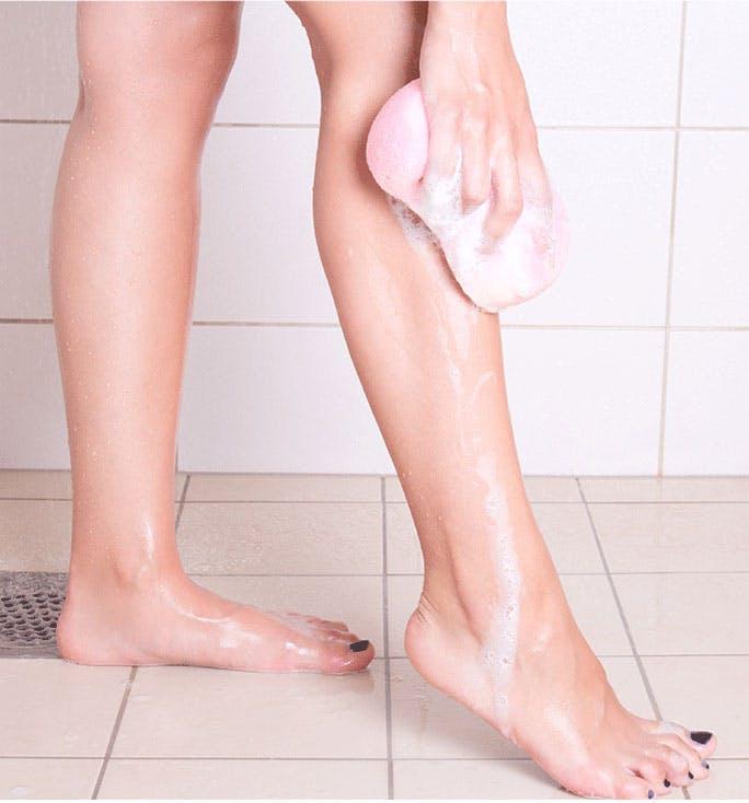 Frauenfüße in der Dusche