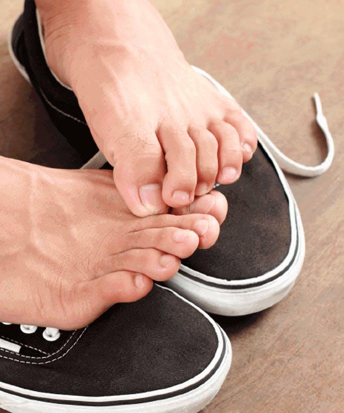 Zwei Füße auf Sportschuhen