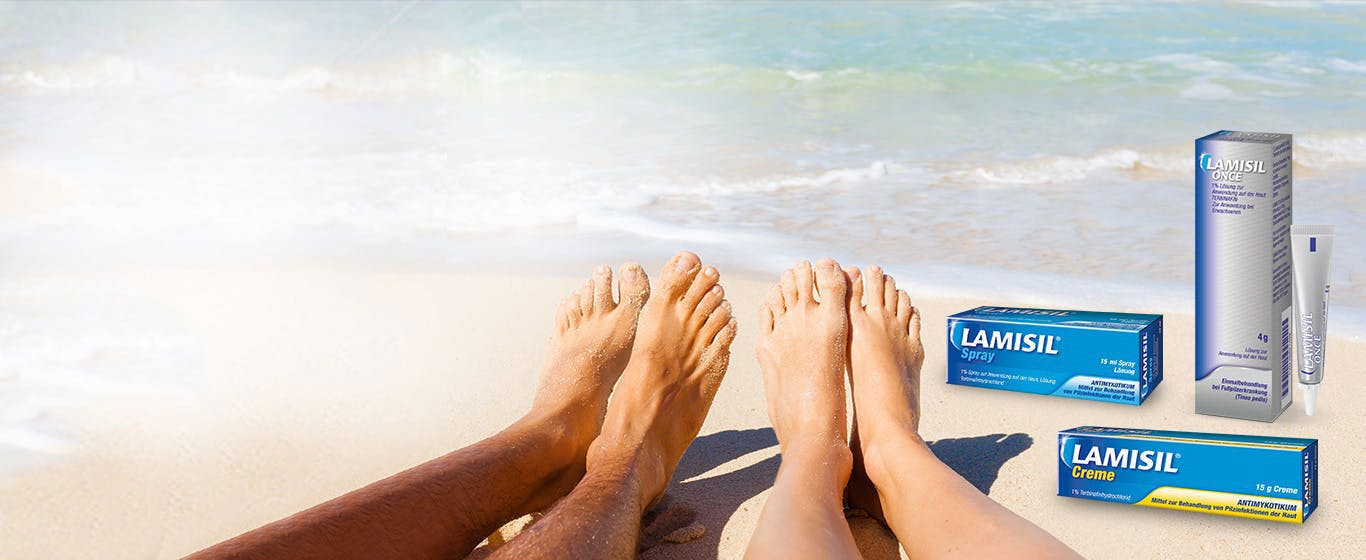 Zwei Paar Füße am Strand