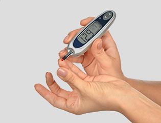 Рука с глюкометром