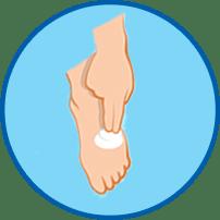 Рука втирает крем в стопу круглый значок