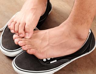 Пара зудящих стоп на кроссовках