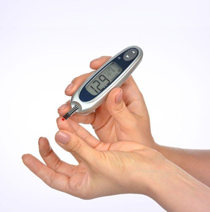 Руки диабетика с глюкометром