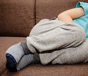 امرأة تشعر بتشنجات الطمث