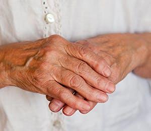 يد عجوز تمسك يدها الثانية