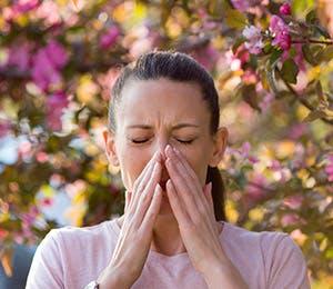 امرأة تعاني من الزكام