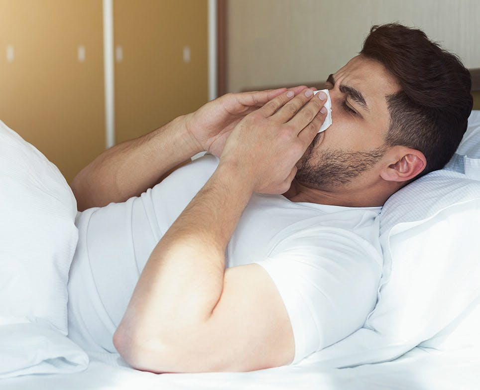 رجل مريض في السرير