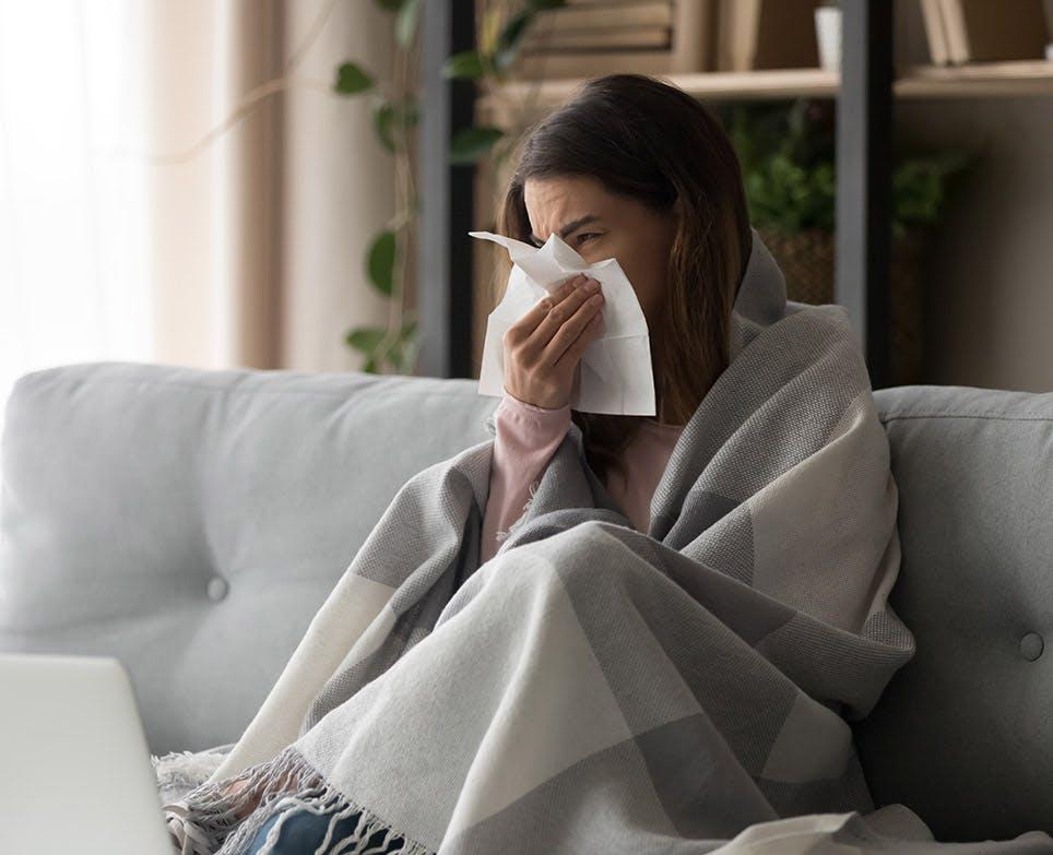 امرأة تشعر بالبرد والزكام