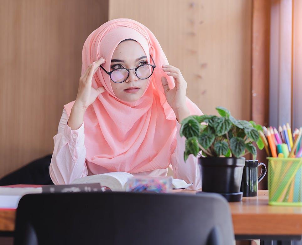 امرأة ترتدي النظارات وهي تقرأ