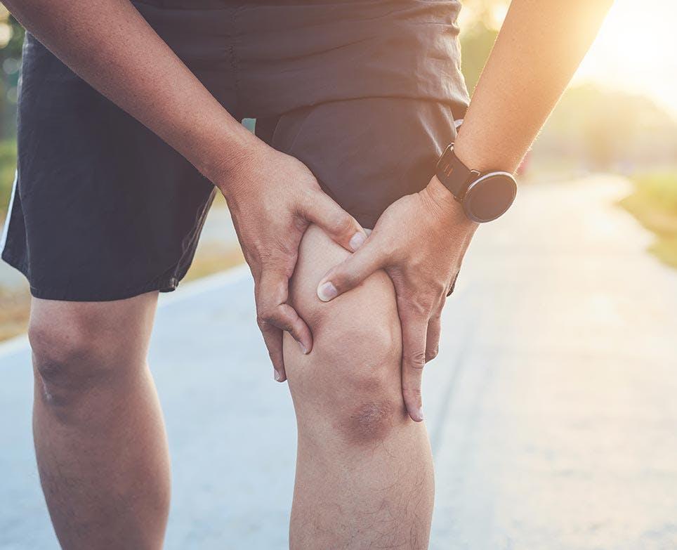 رياضي يشعر بتمزّق العضل