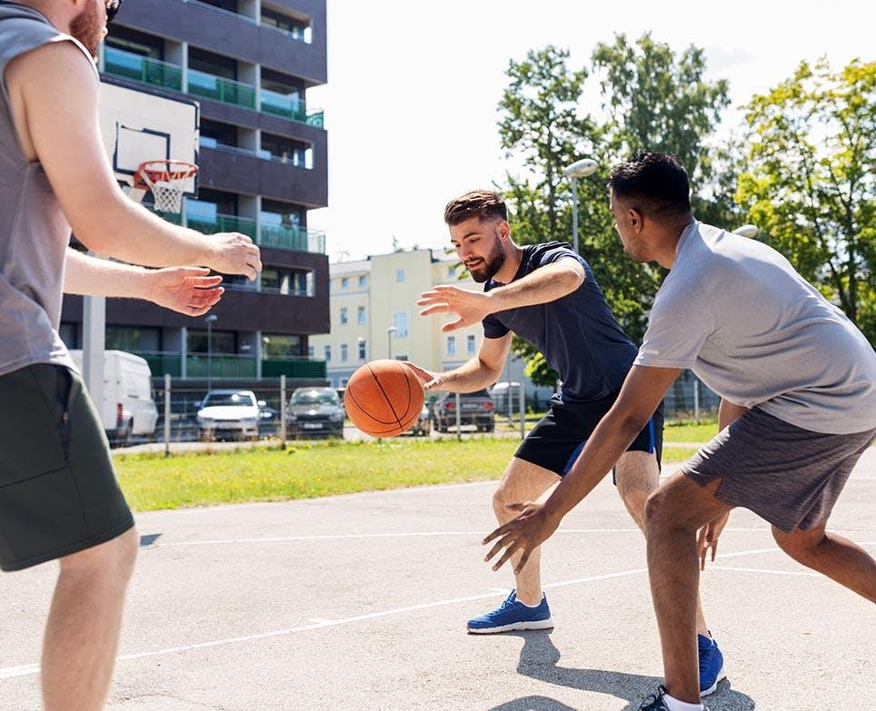 رجال يلعبون الكرة