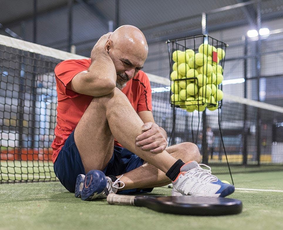 رياضي يشعر بألم العضالات