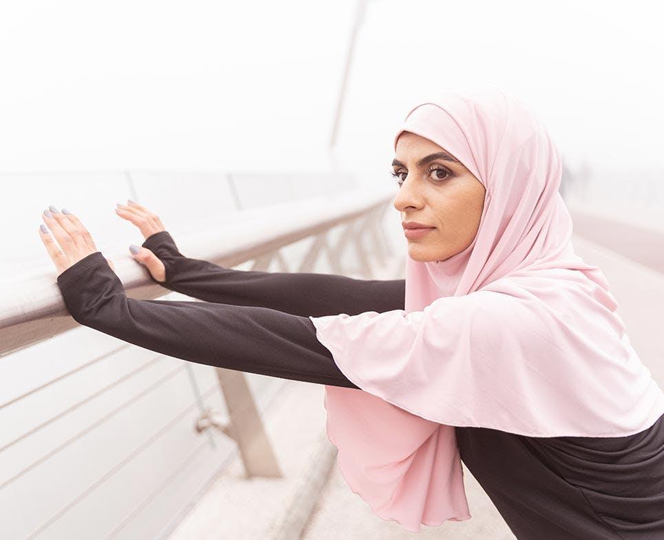 امرأة تتحضّر للرياضة