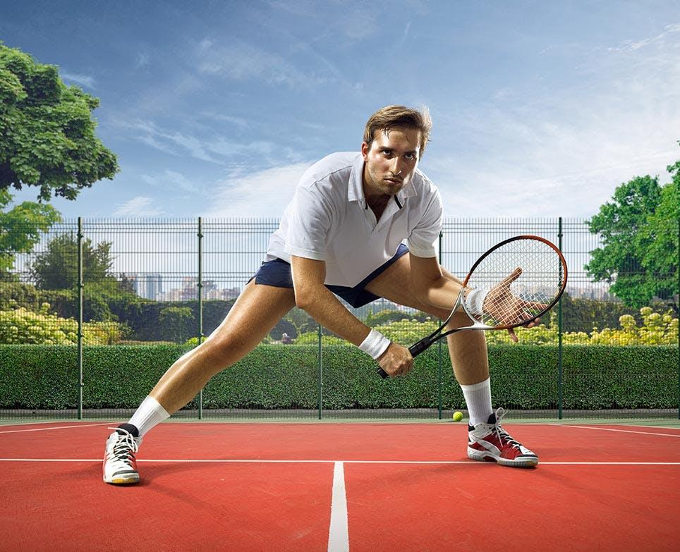 رجل يلعب رياضة كرة المضرب